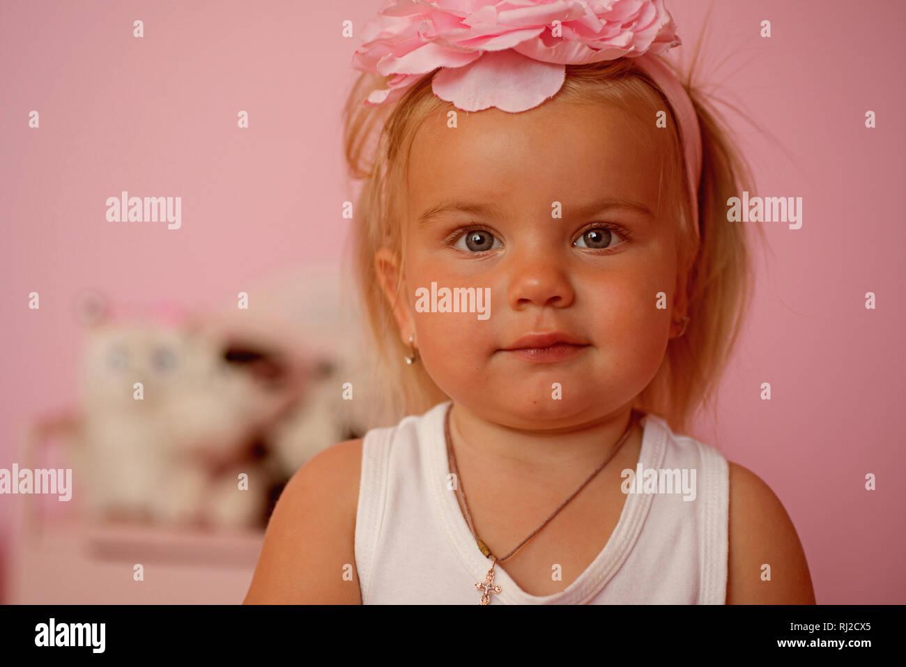 Unbeschwerte Schönheit Kleines Mädchen Mit Langen Frisur Kleines