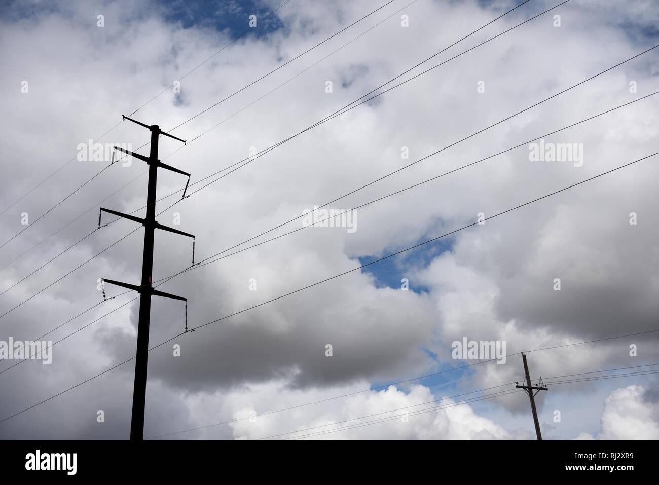Hohe stahl Strommasten, Hochspannungsleitungen gegen einen stürmischen Himmel im Norden von Texas, USA. Stockbild