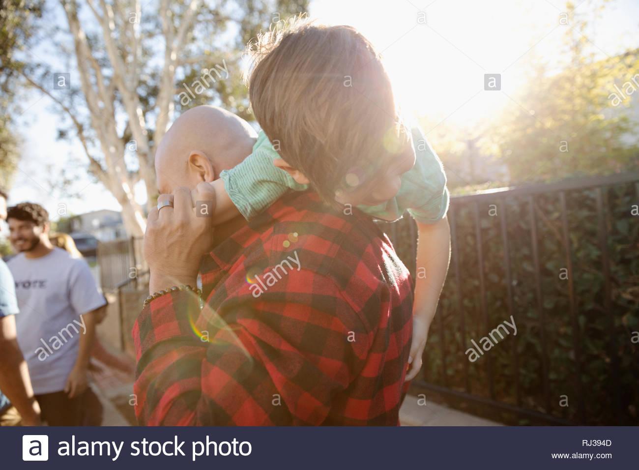 Vater mit Sohn über die Schulter Stockbild