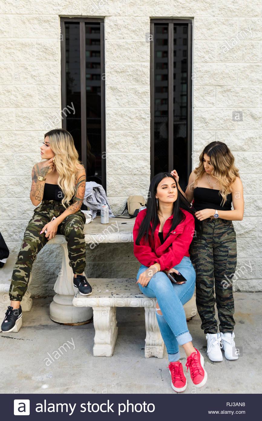 Latinx junge Frauen Freunde heraus hängen Stockbild