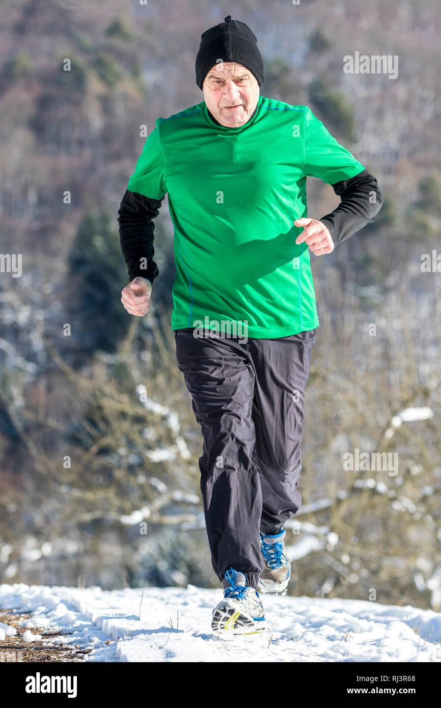 Senior, 70 - 80 Jahre, Kaukasisch, joggen, Schnee Stockfoto