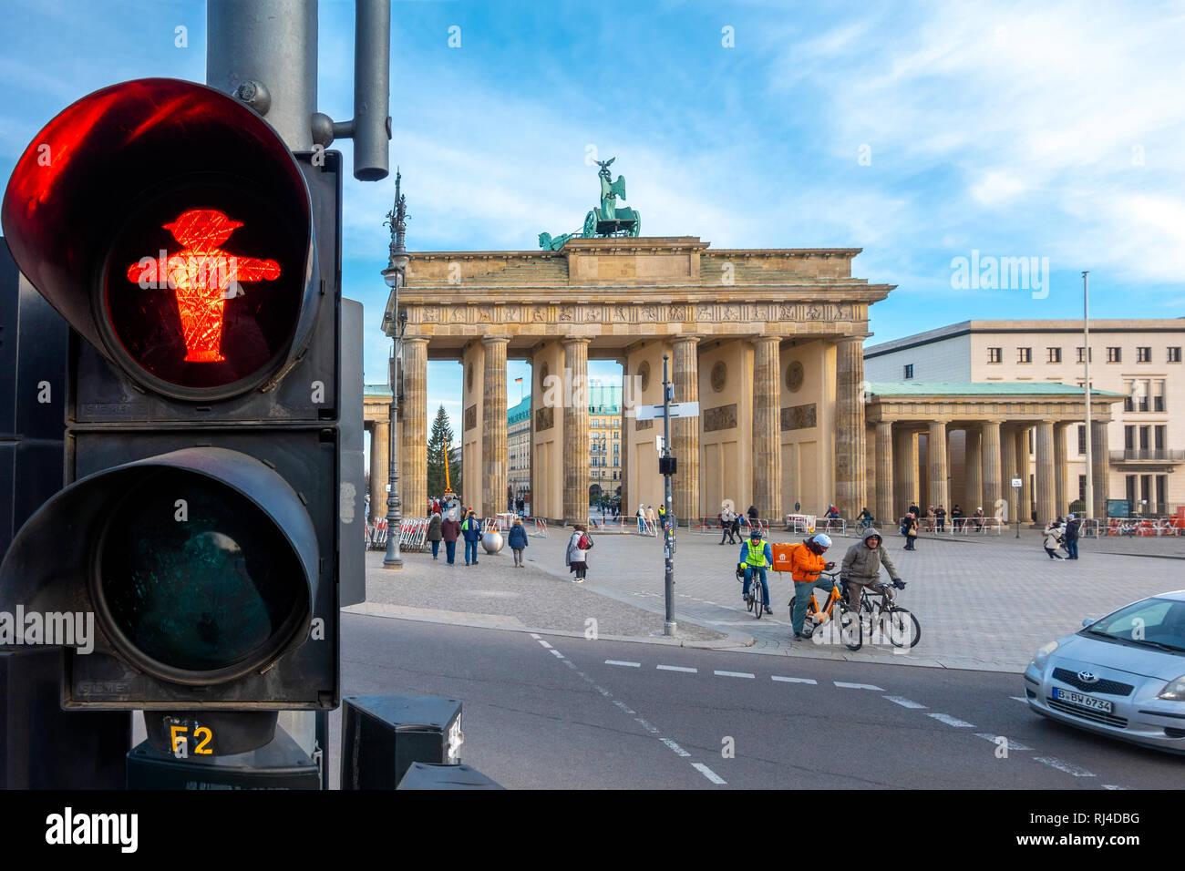 Ampelmann Berliner Ampelmännchen Fußgängerampel Beleuchtung Fußgängerüberweg Platz des 18. März am Brandenburger Tor Brandenburger Tor Stockfoto
