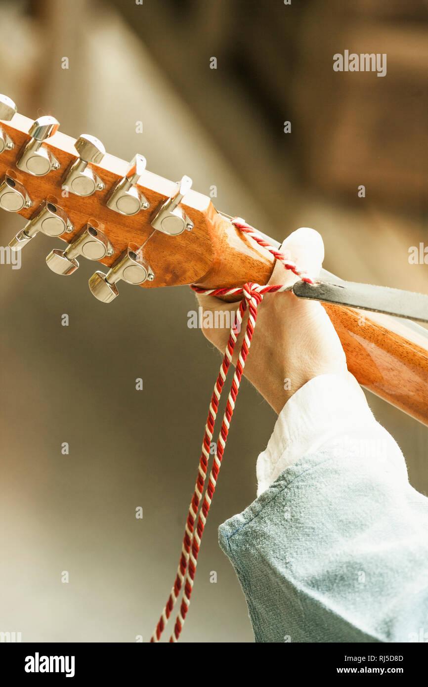 Musiker, Hand hält eine Gitarre Stockbild