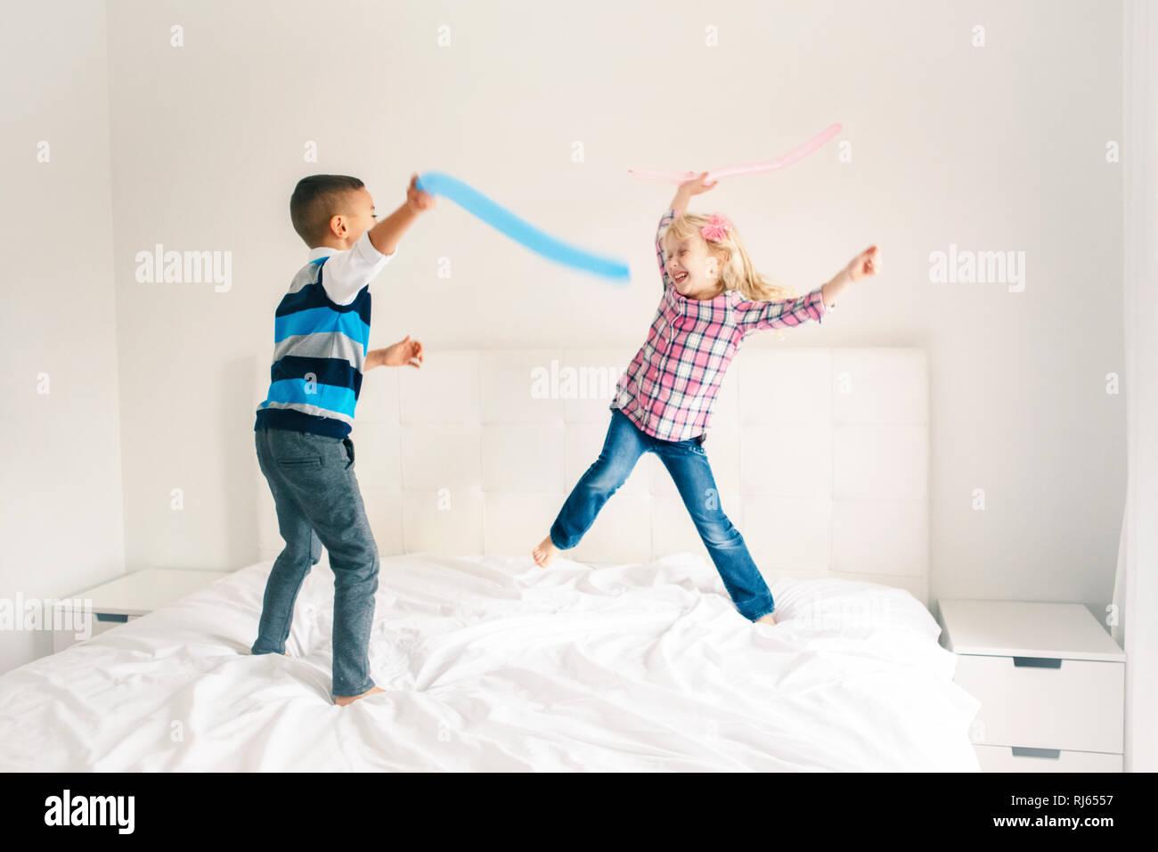 Zwei Kaukasischen Cute Adorable Lustig Kinder Springen Auf
