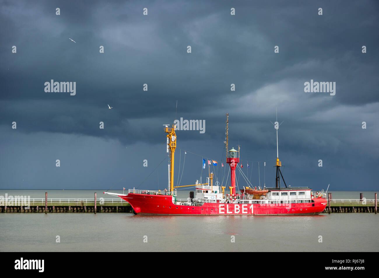 """Europa, Deutschland, Niedersachsen, Cuxhaven, Hafen, das ehemalige Feuerschiff """"ELBE 1"""" an der Alten Liebe vor einer Gewitterfront auf der Elbe, Stockbild"""