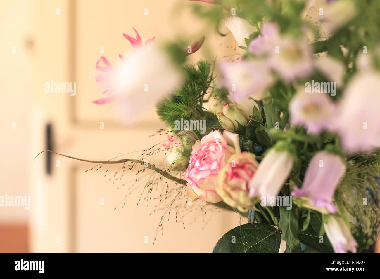 Eine zahlr stieg in einem Strauß rosa Sommerblumen aus dem Garten. Stockbild