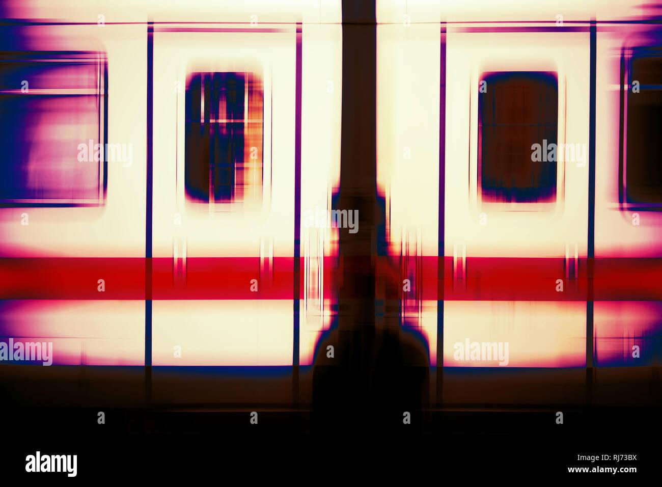 Abstrakt verwischte Außenkarosse eines Personenzuges mit zwei Fenstern und Türen, Stockbild