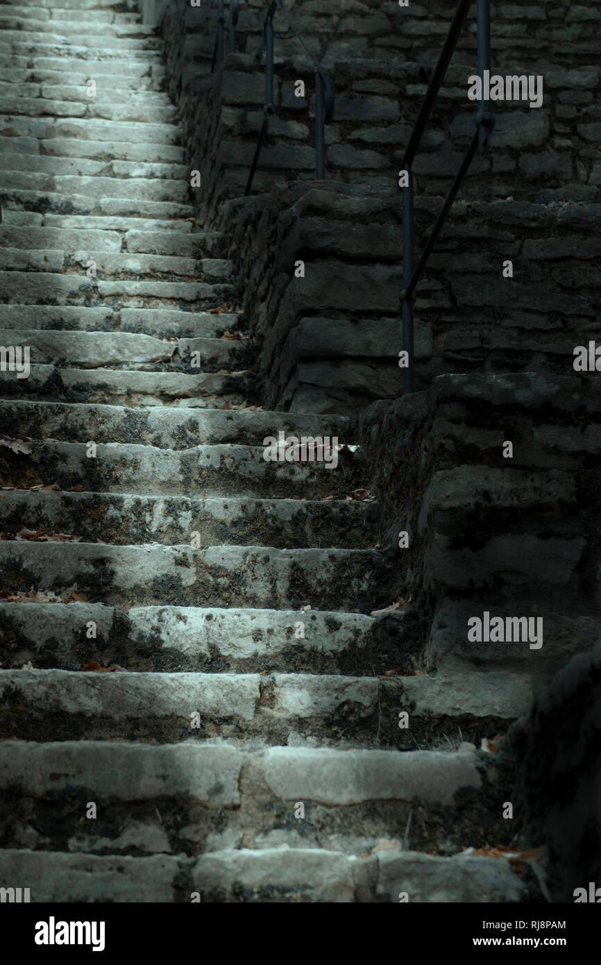 Leuchtendes Lichtband in steiler Steintreppe [M] Stockbild