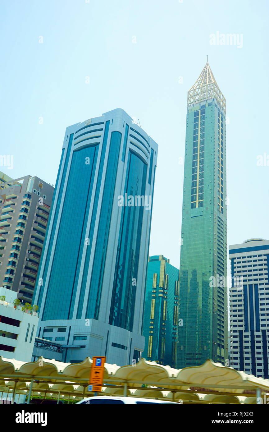 Ahmed Abdul Rahim Al Attar Tower ist ein super hohen Wolkenkratzer. Dubai ist die größte und bevölkerungsreichste Stadt in den Vereinigten Arabischen Emiraten (VAE). Es befindet sich an der südöstlichen Küste des Persischen Golf gelegen und ist die Hauptstadt des Emirats Dubai, einem der sieben Emirate, die das Land machen. Dubai entstand als eine globale Stadt und Wirtschaftszentrum des Nahen Ostens. Stockfoto