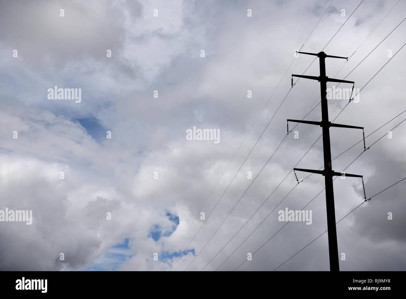 Hoch Edelstahl strom Pylon, Hochspannungsleitungen gegen einen stürmischen Himmel im Norden von Texas, USA. Stockbild
