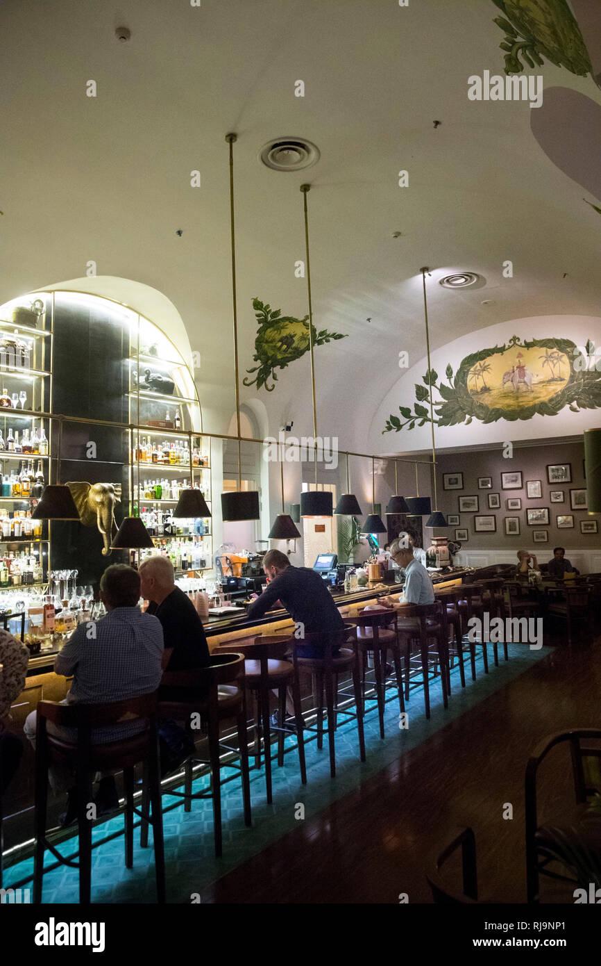 Kambodscha, Phnom Penh, die Bar des berühmten Raffles Hotel Stockbild