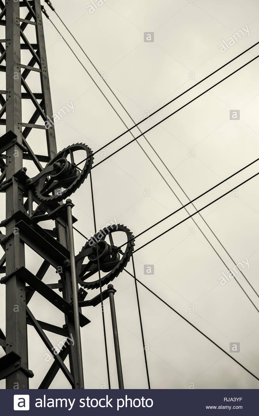 Eine Oberleitung einer Bahntrasse, Ausschnitt, abstrakt, Stockbild