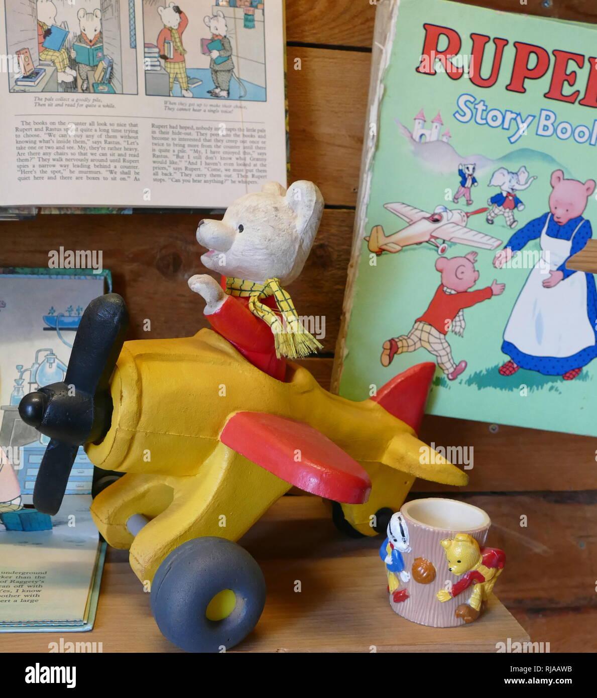 1930er Modell von Rupert Bär in einem Flugzeug. Rupert Bär; Kinder comic Charakter erstellt von der englischen Künstlerin Mary Tourtel und ersten Erscheinen in der Daily Express Zeitung am 8. November 1920. Stockbild
