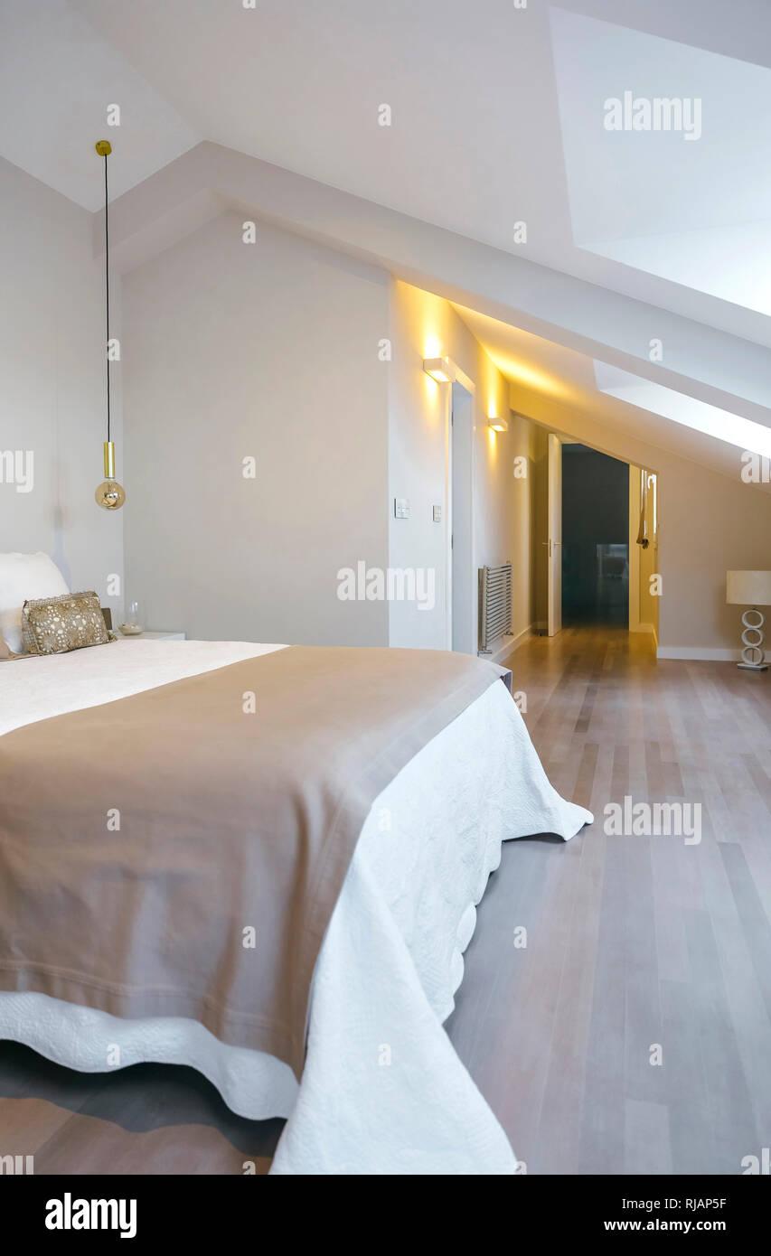 Schlafzimmer mit Queen-Size-Bett mit dem leuchten auf ...
