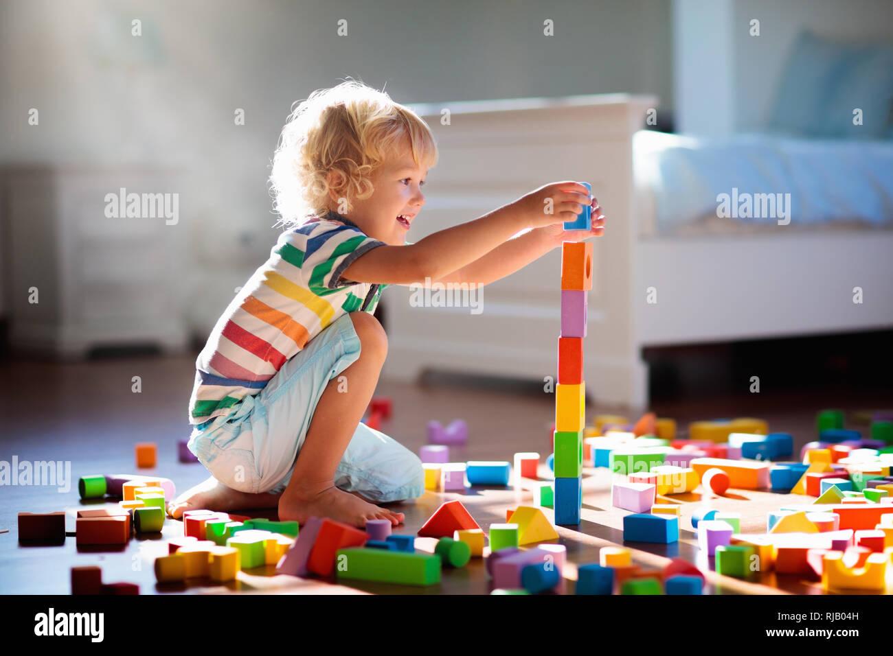 Kinder spielen mit bunten Spielzeug Bausteine. Kinder ...