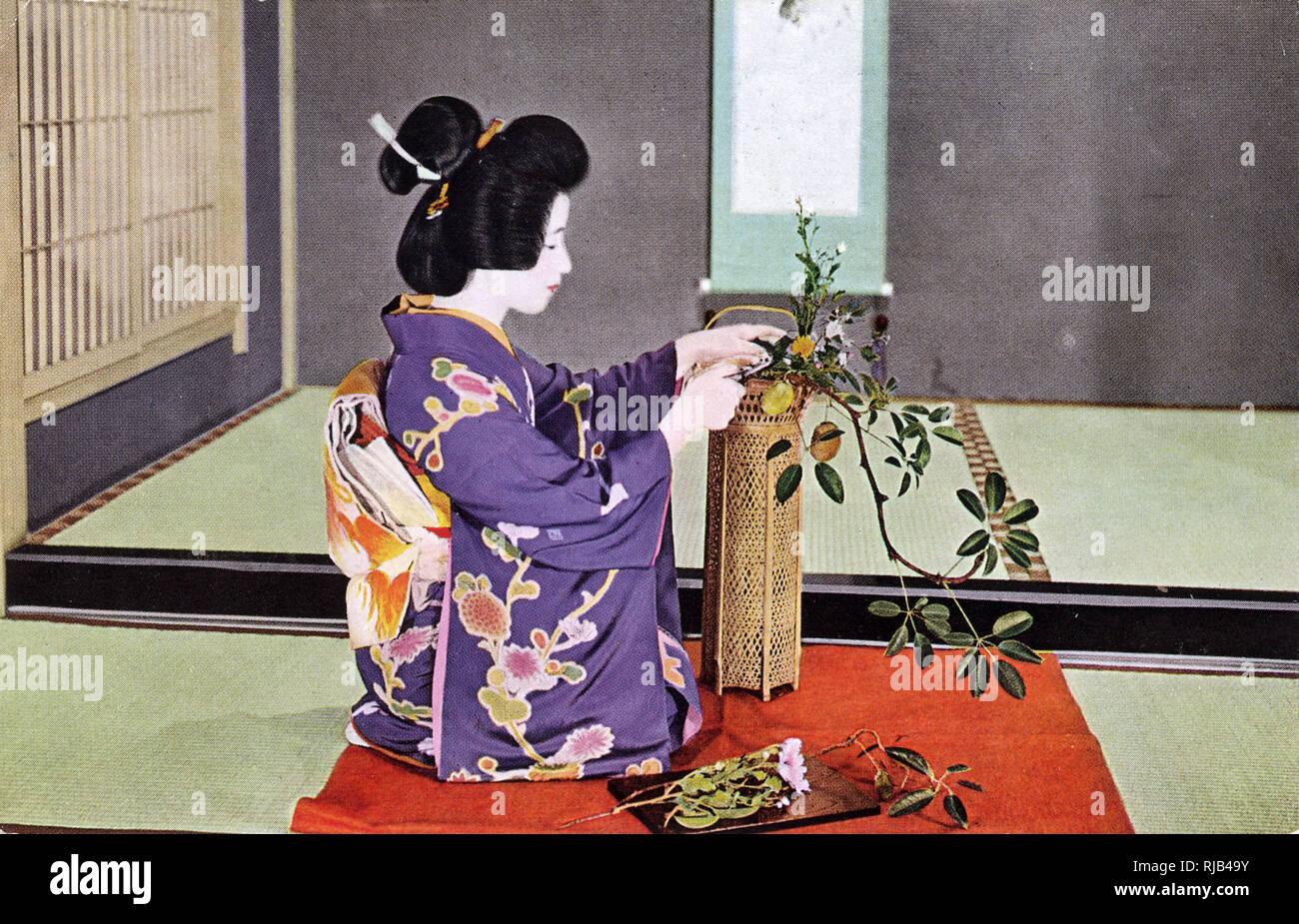 Eine Japanische Frau Uben Ikebana Die Traditionelle Japanische Kunst Des Blumenarrangierens Stockfotografie Alamy