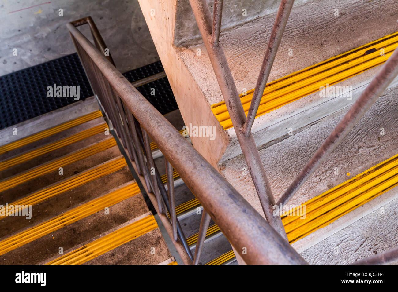 Metall Treppe2 Flüge, Silber mit gelben rutschfeste Streifen angezeigt Stockbild