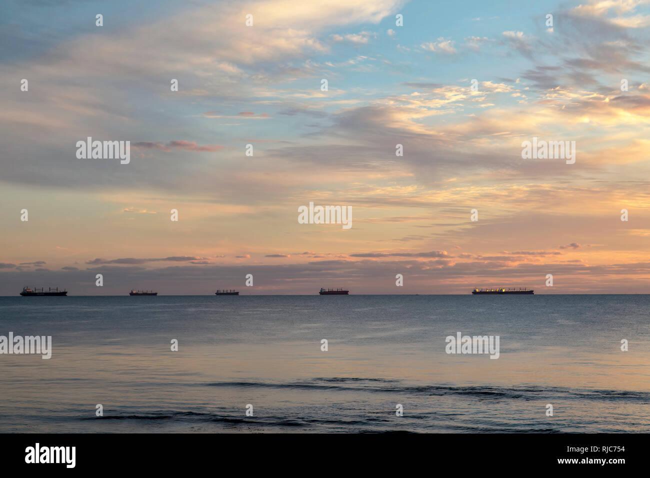 Silhouette der Frachtschiffe auf See, Western Australia, Australien Stockbild