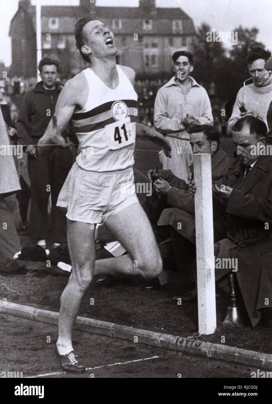 Roger Bannister von Großbritannien (1929-2018), mit einer Zeit von 3 Minuten 59.4 Sekunden, wird die erste Person, die eine Meile in unter 4 Minuten laufen, an der Abingdon Road Sportplatz, England am 6. Mai 1954. Stockfoto