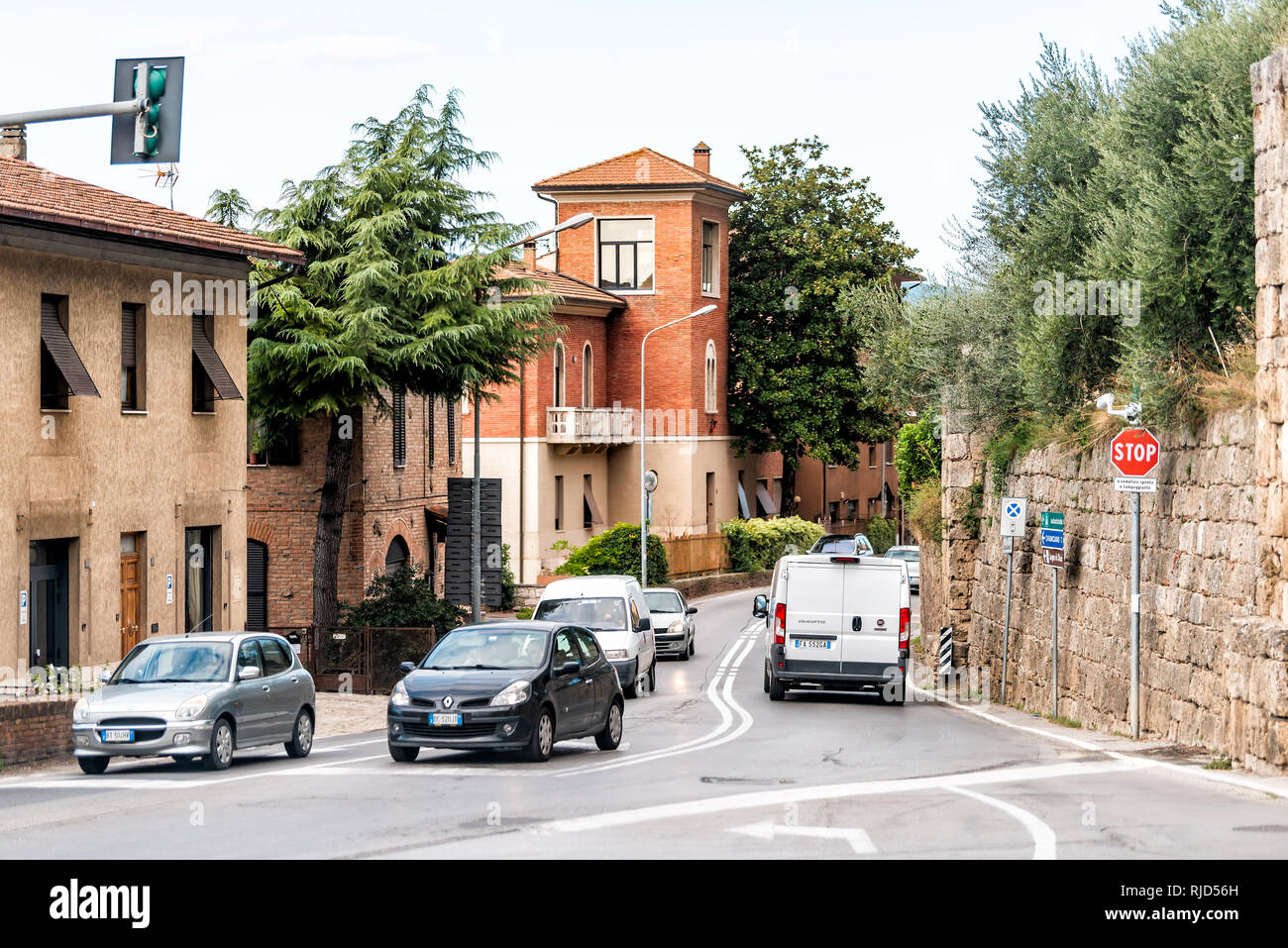 Chiusi, Italien - 27. August 2018: Verkehr auf Straße Straße in der kleinen Stadt Dorf in Umbrien bei Tag mit historischen Gebäuden und STOP-Schild auf Ampel Stockbild