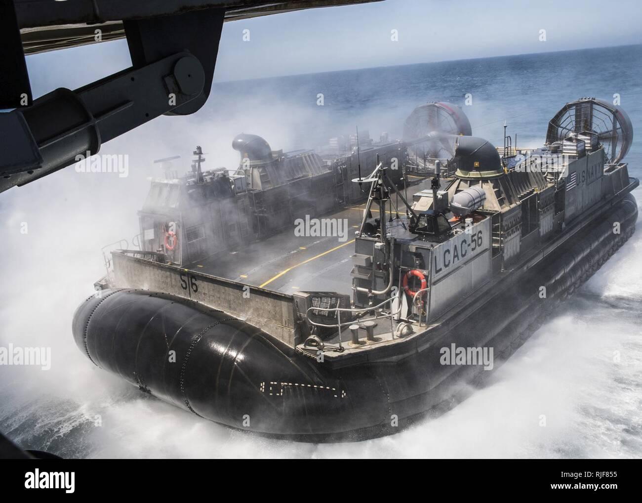CAMP PENDLETON (20. Juli 2016) eine Landing Craft air cushion (LCAC) Fahrzeug bereitet sich auf das Deck des amphibious Transport dock Schiff USS Essex (LPD 25) während einer gut Deck onload-Funktion als Teil der PHIBRON-MEU integrierte Ausbildung (PMINT), geben Sie ein Szenario-basierte Amphibischen integration Übung mit Amphibischen Staffel fünf und der 11 Marine Expeditionary Unit als Teil der Makin Island Amphibious Ready Gruppe (MKIARG). Stockfoto