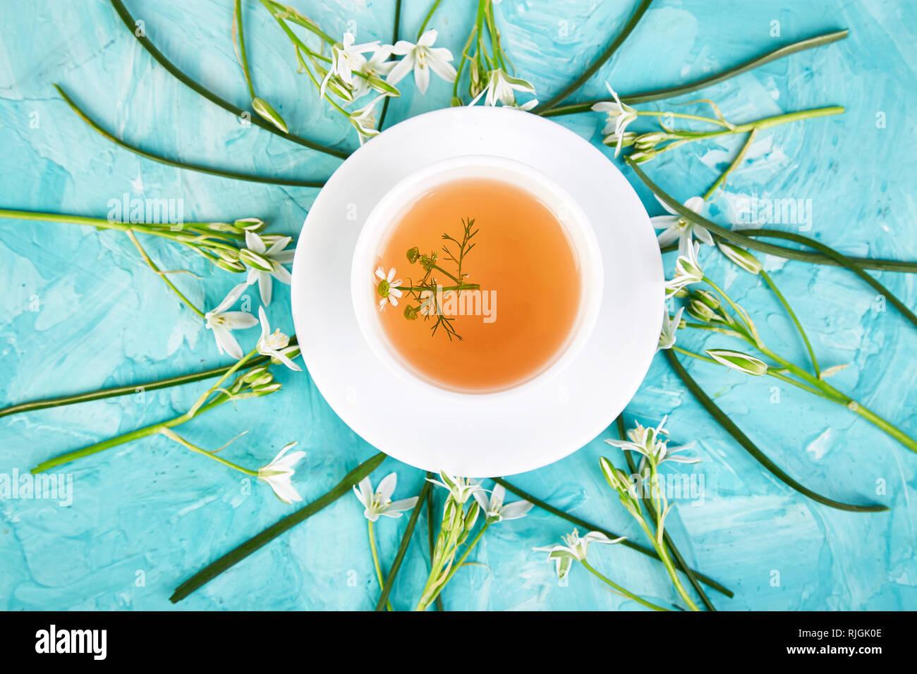 Blume Um Tasse Kamillentee Auf Blauem Hintergrund Guten Morgen