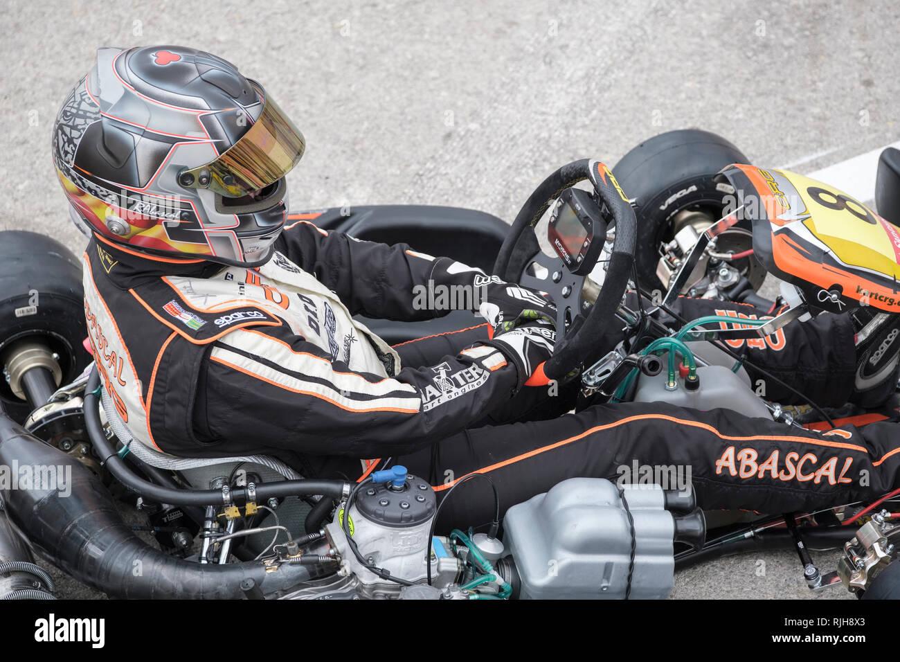 In der Nähe der Jugendlichen Go Kart Fahrer im Fahrerlager, Campillos, Malaga, Spanien, Stockbild