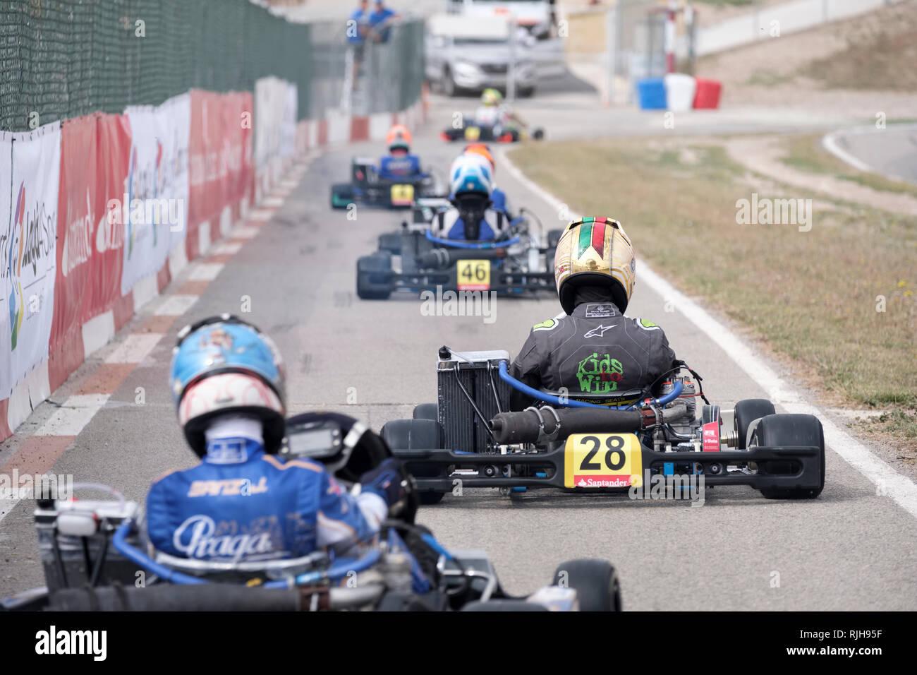 Junge Kartbahnen Treiber verlassen Paddock Rasse, Campillos, Malaga, Spanien zu beginnen, Stockbild