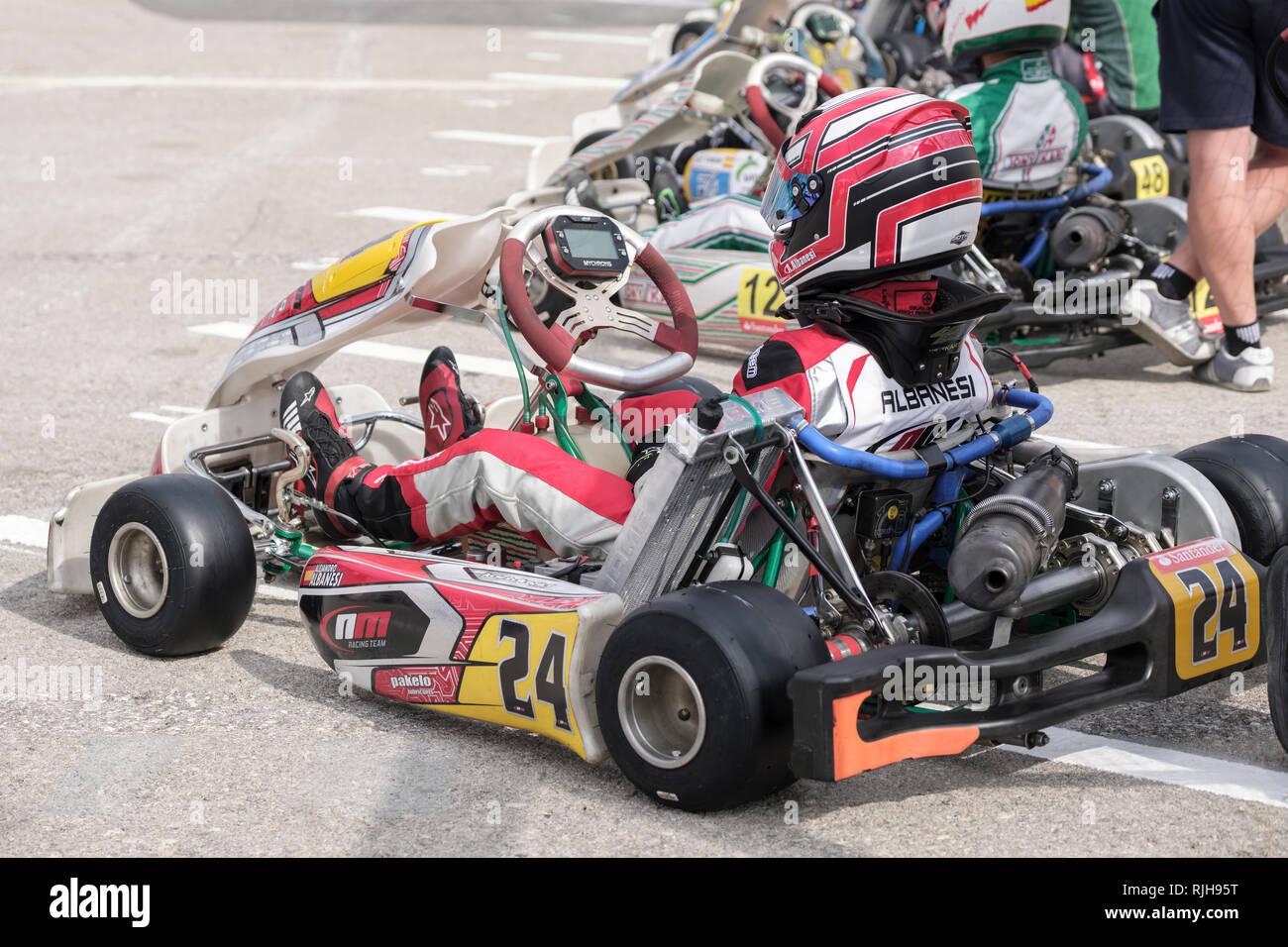 Junge Kartbahnen Treiber im Fahrerlager, Campillos, Malaga, Spanien wartet. Stockbild