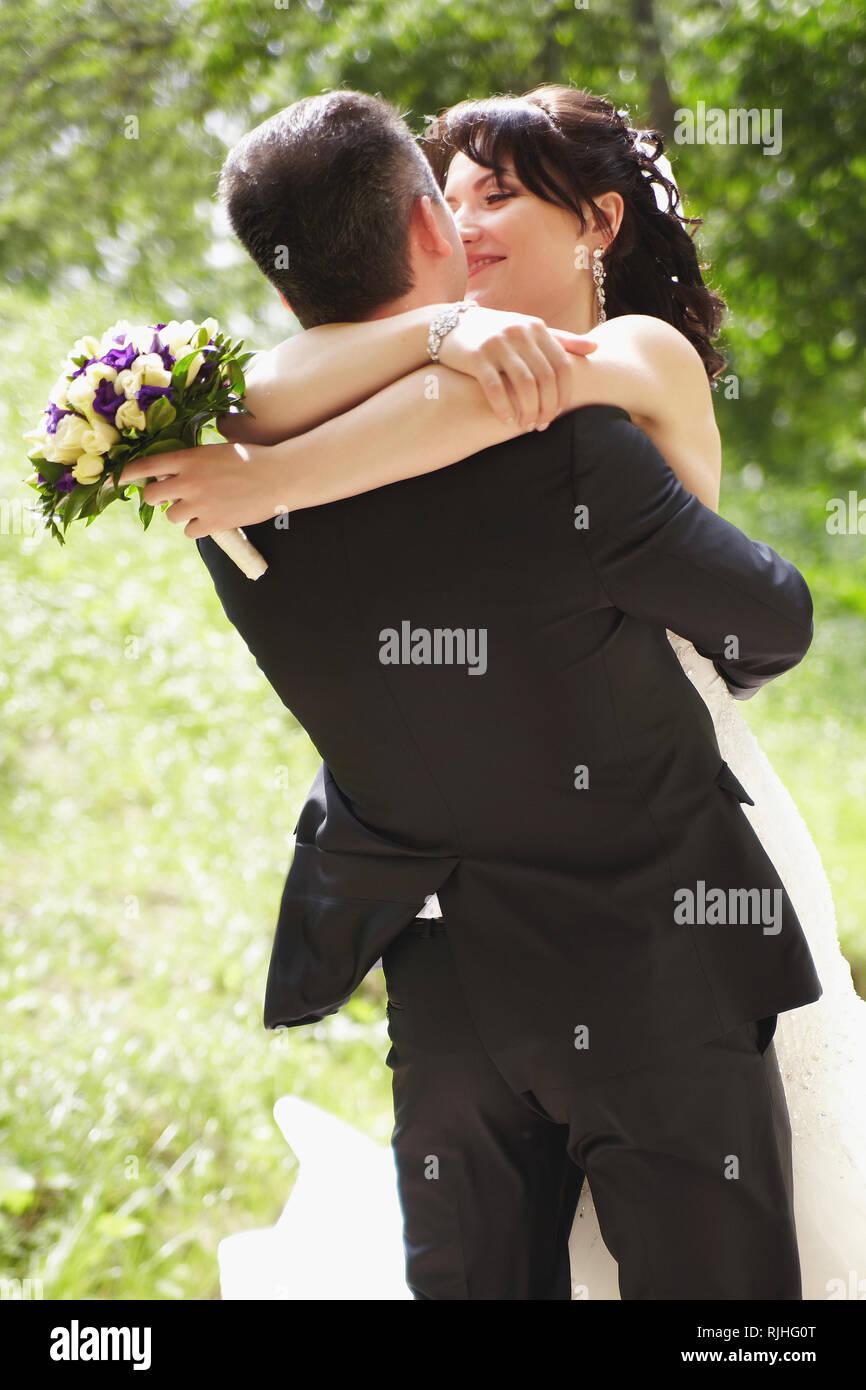 Die Braut und der Bräutigam am Hochzeitstag spinning für einen Spaziergang Stockfoto