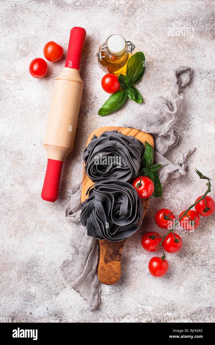 Schwarz Teigwaren mit Tomaten und Basilikum Stockfoto