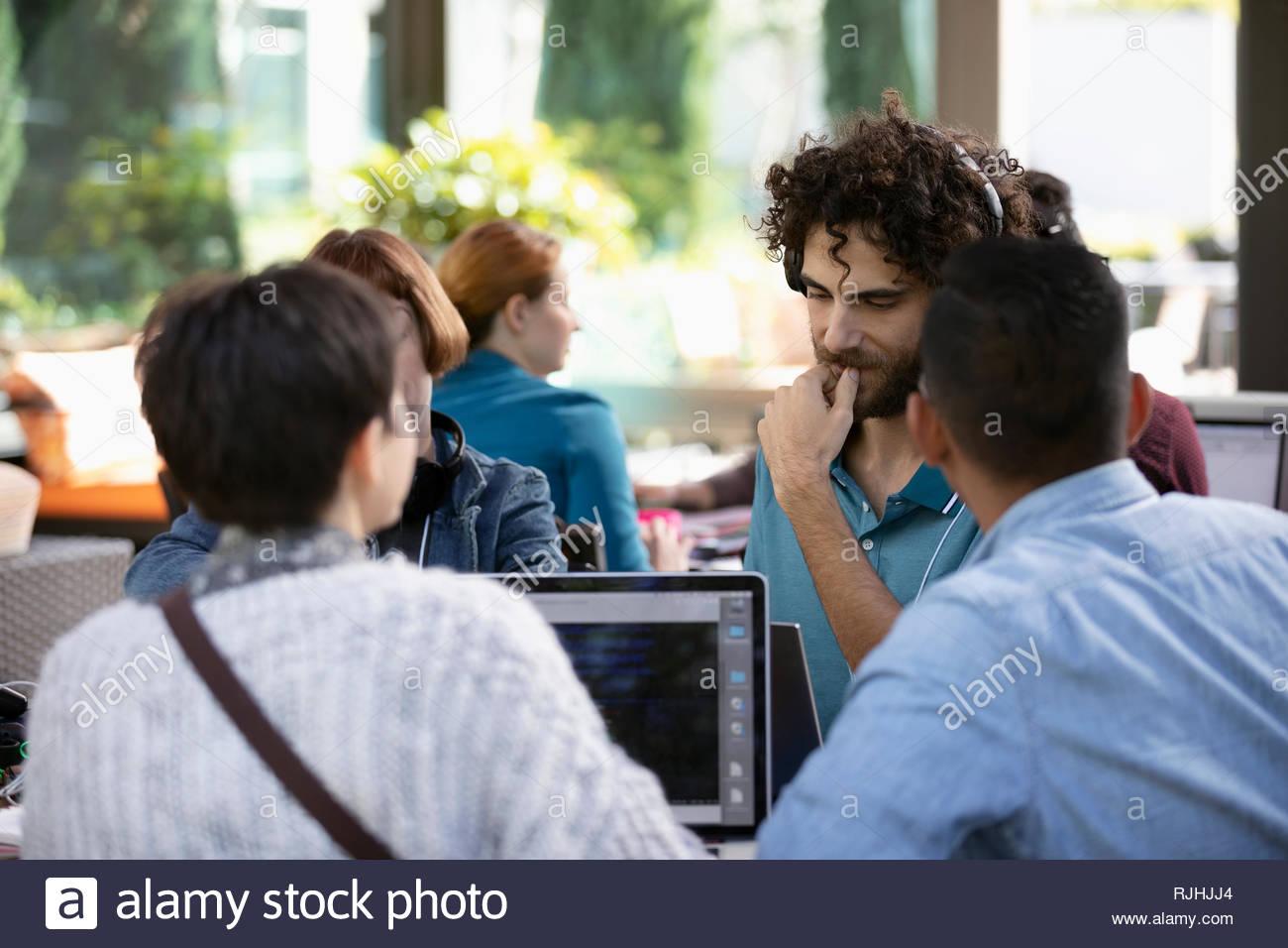 Hacker an Laptops arbeiten bei hackathon Stockbild