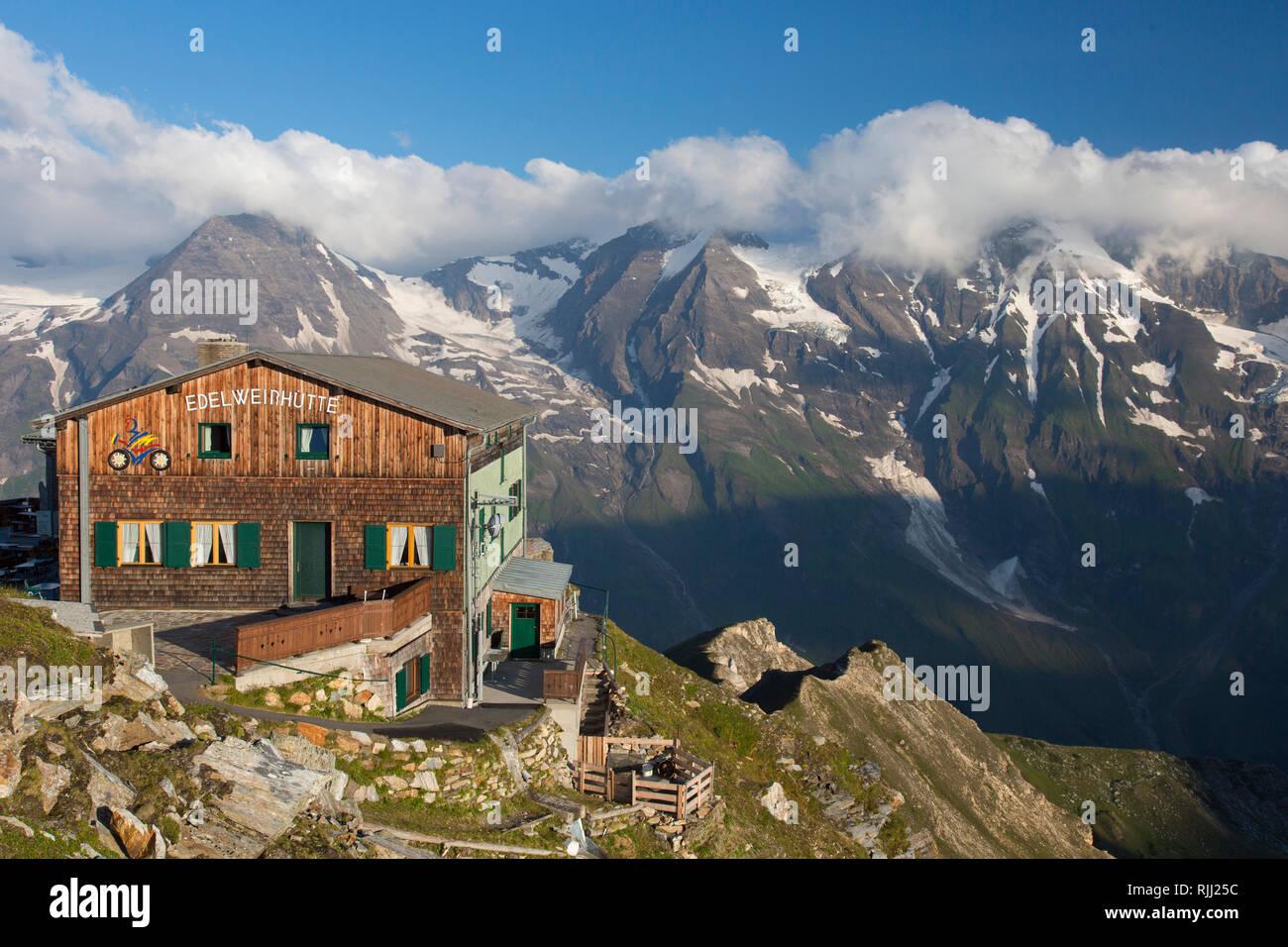 Edelweissspitze (2572 m) mit Mountain Inn Edelweisshuette im Nationalpark Hohe Tauern, Salzburg, Österreich Stockbild