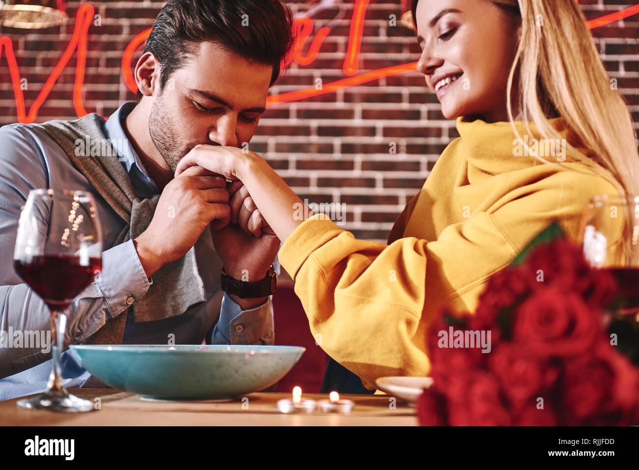 Dating küsst zuerst HändeGute Dating-Seiten für einzelne Mütter