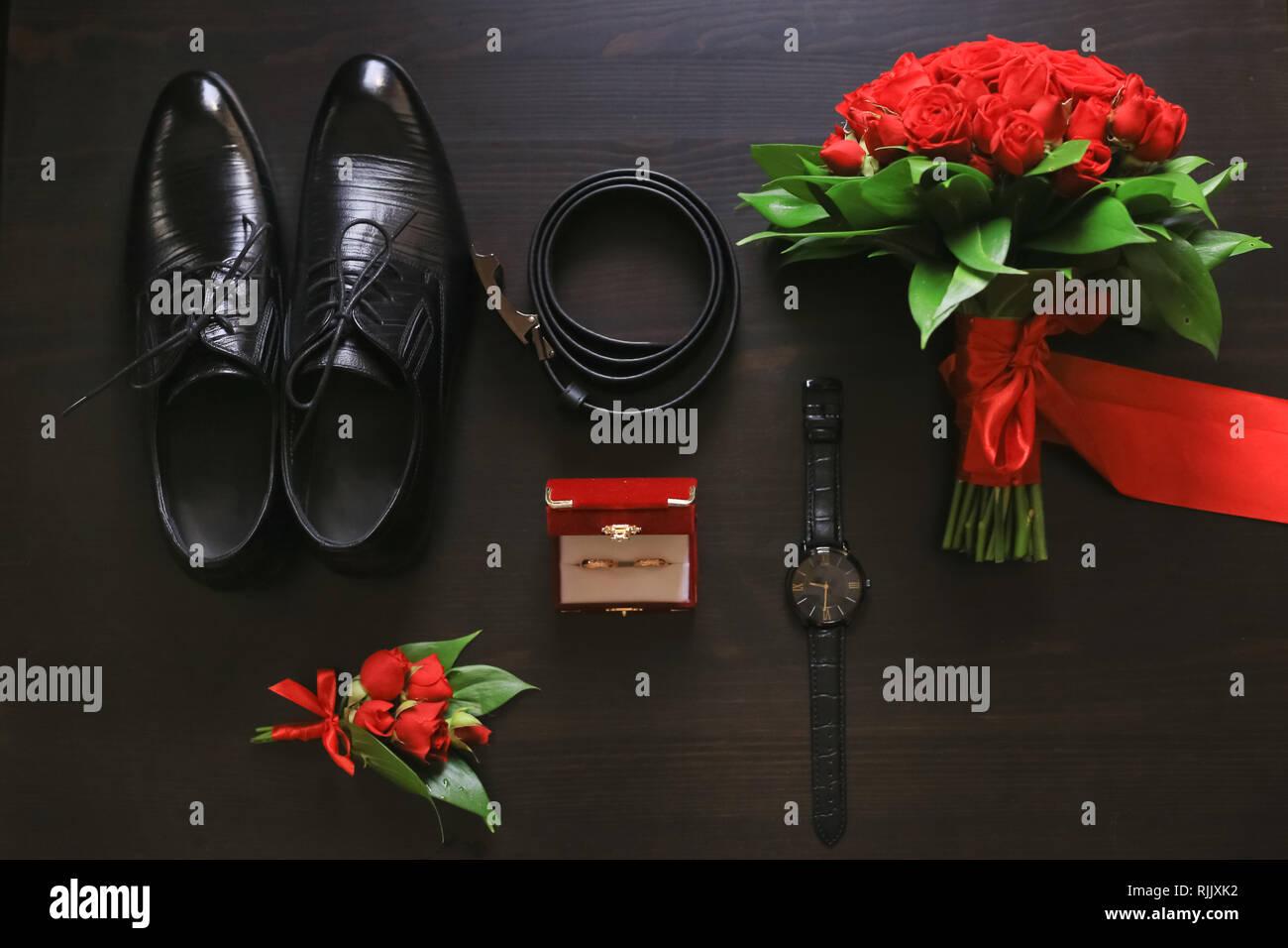 92f1e70cef Bräutigam Accessoires. Schuhe, Ringe, Gürtel Anstecker und beobachten Sie  auf Tisch