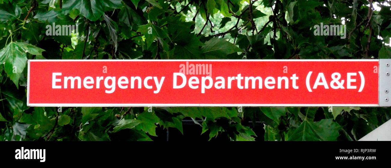 Unfall & Emergency Schild an einer britischen NHS-Krankenhaus. Der National Health Service (NHS) ist der öffentliche Gesundheitsdienst in Großbritannien. 1948 gegründet Stockbild