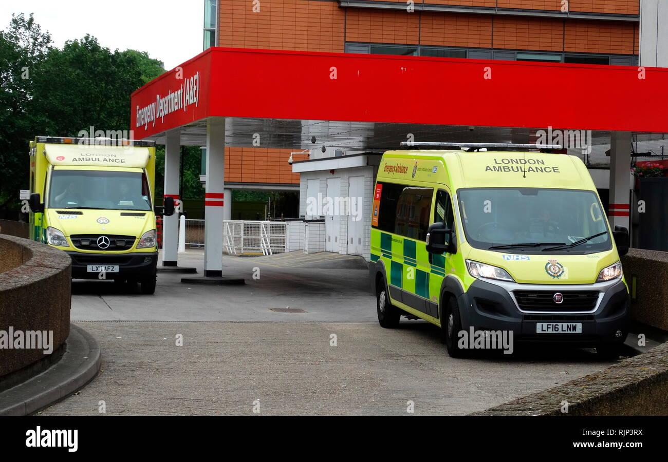 Unfall & Emergency Eingang mit Krankenwagen, an einer britischen NHS-Krankenhaus. Der National Health Service (NHS) ist der öffentliche Gesundheitsdienst in Großbritannien. 1948 gegründet Stockbild