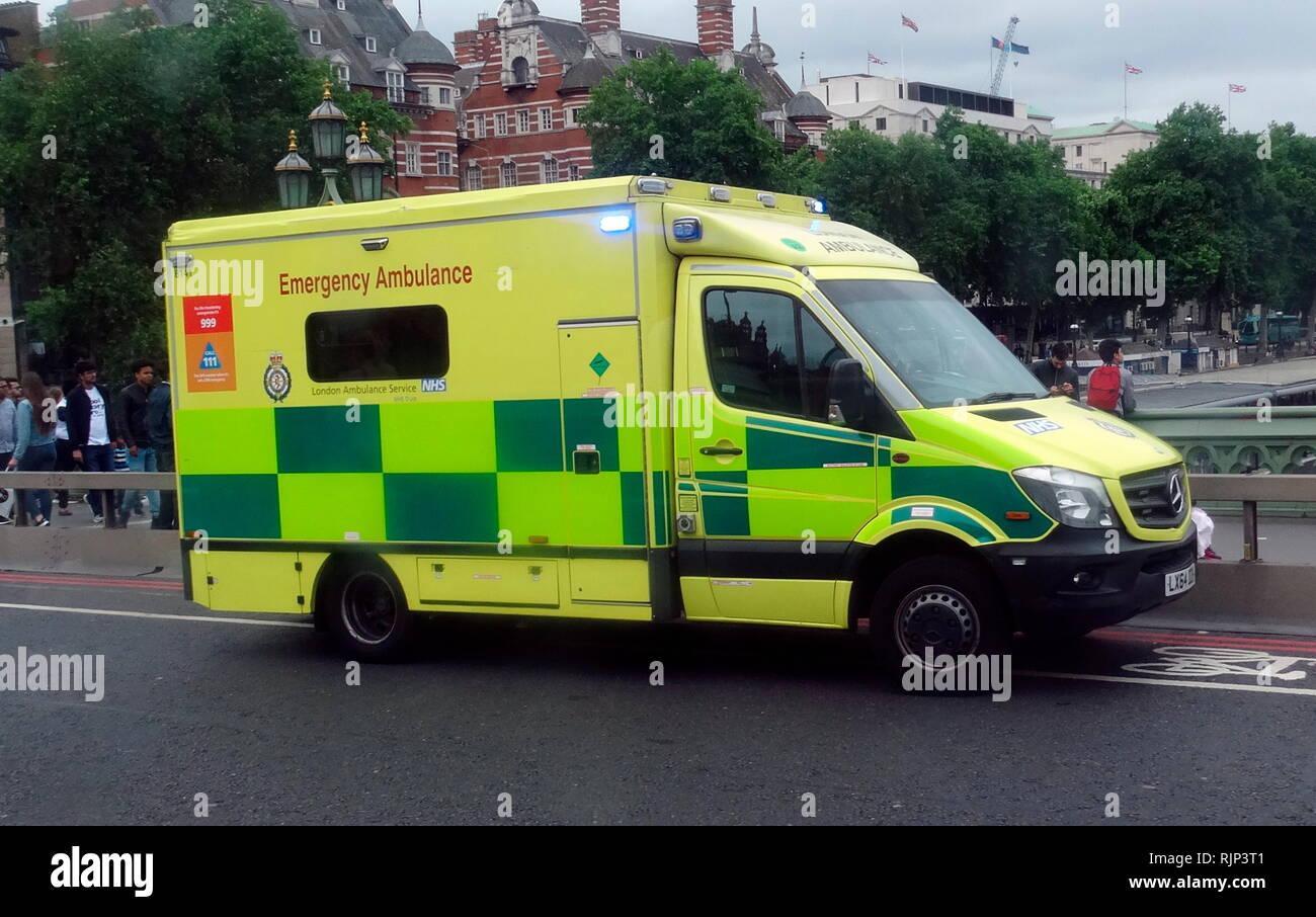 Unfall & Rettungswagen, Teil der britischen NHS, der medizinischen Notfallhilfe Kräfte. Der National Health Service (NHS) ist der öffentliche Gesundheitsdienst in Großbritannien. 1948 gegründet Stockbild