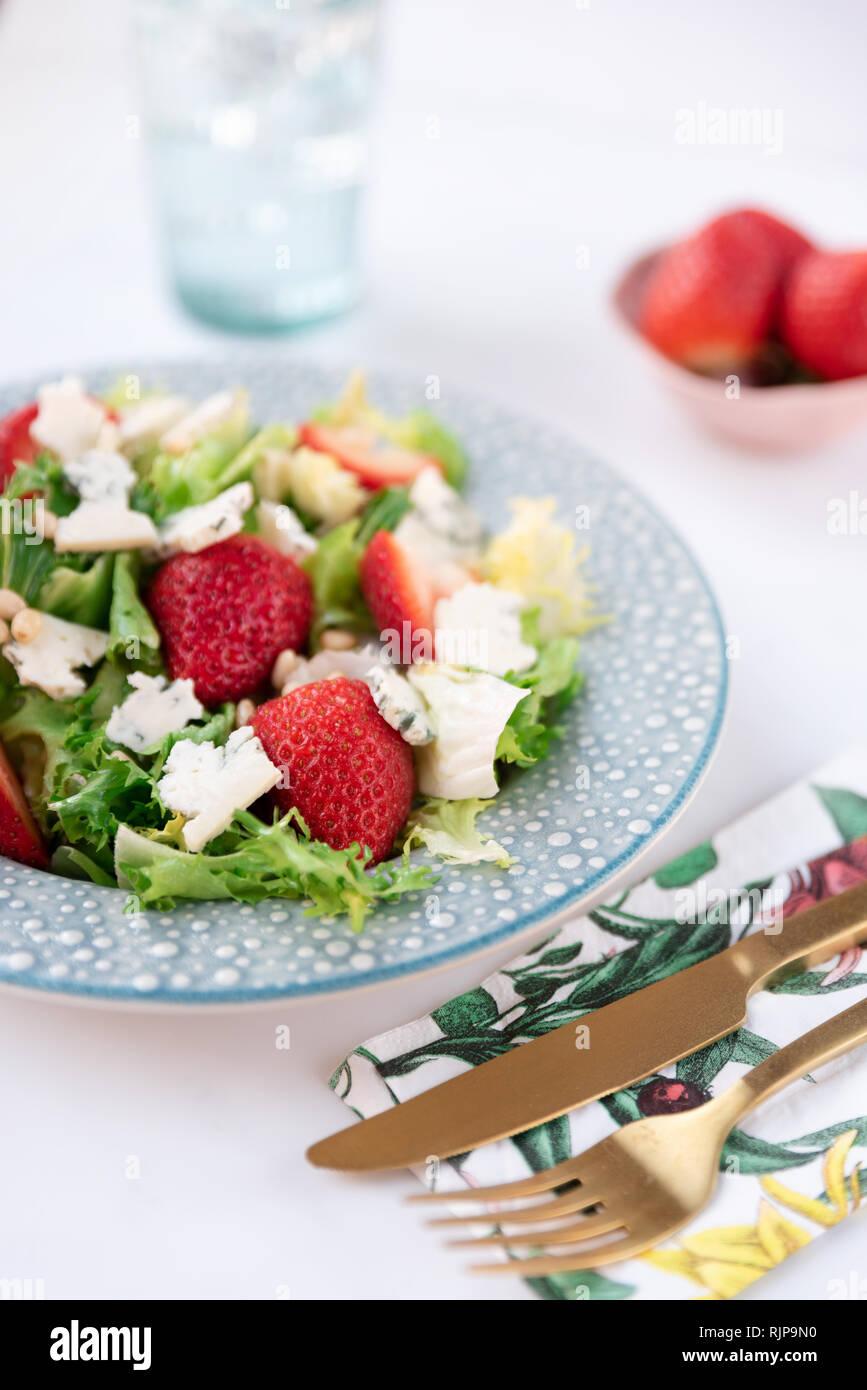 Mit Käse und Erdbeeren auf Platte Salat. Gesunde Ernährung, Diät und Ernährung Konzept Stockbild