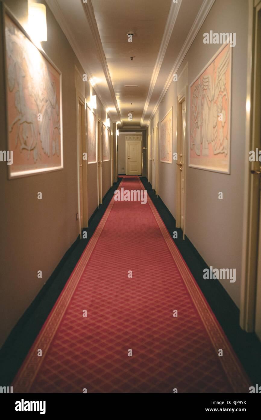 Langer Flur Mit Roten Teppich In Einem Hotel Stockfoto Bild