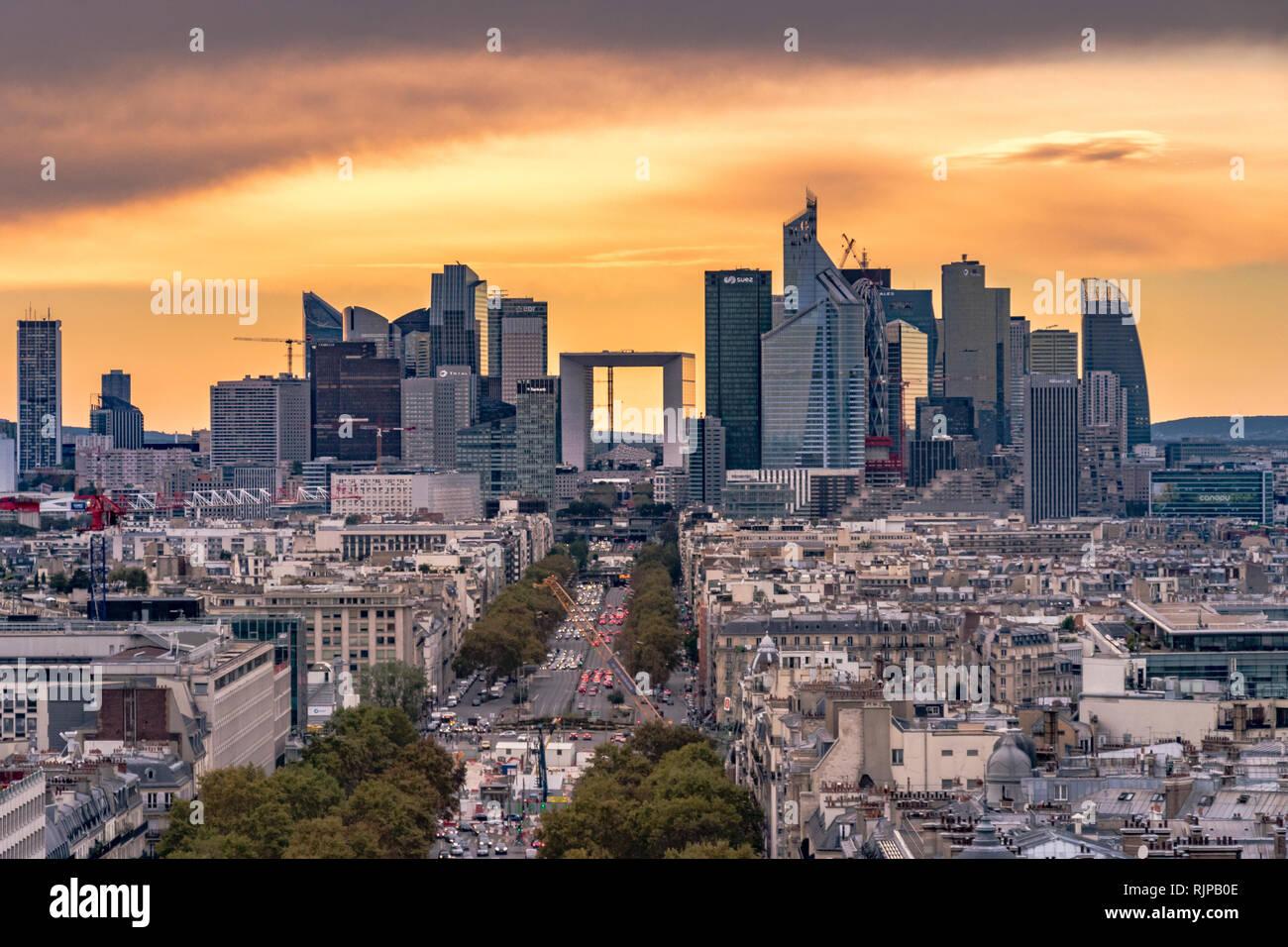 Die Wolkenkratzer von La Défense, ein hohes Ziel business district vom Dach des Arc de Triomphe bei Sonnenuntergang gesehen gebaut, Paris Stockbild