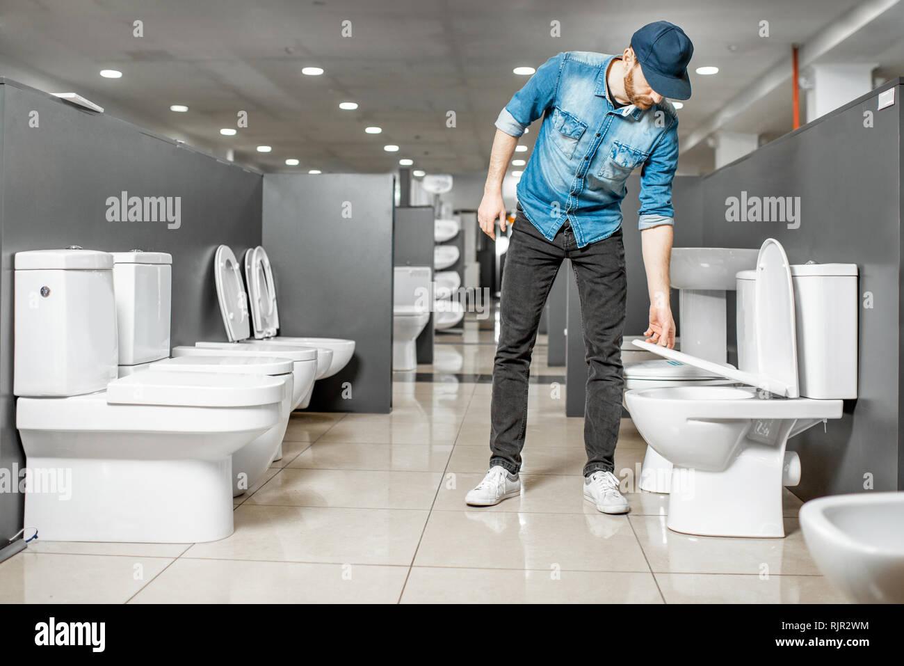 Schöner Mann Als Arbeitnehmer Die Wahl Wc Im Gebäude Shop Mit