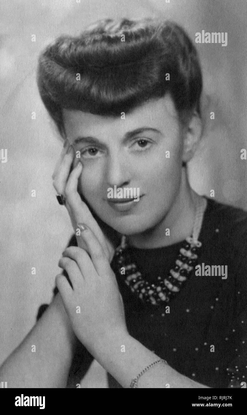 Junge modische Englische Frau in ihren Dreißigern; 1945 Stockbild