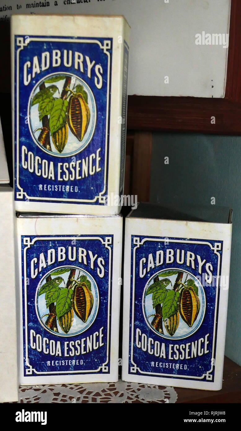 20. jahrhundert Pakete von Cadbury Cocoa Wesen. Cadbury wurde in Birmingham, England 1824 gegründet, von John Cadbury, Tee, Kaffee und Trinkschokolade verkauft. Stockbild