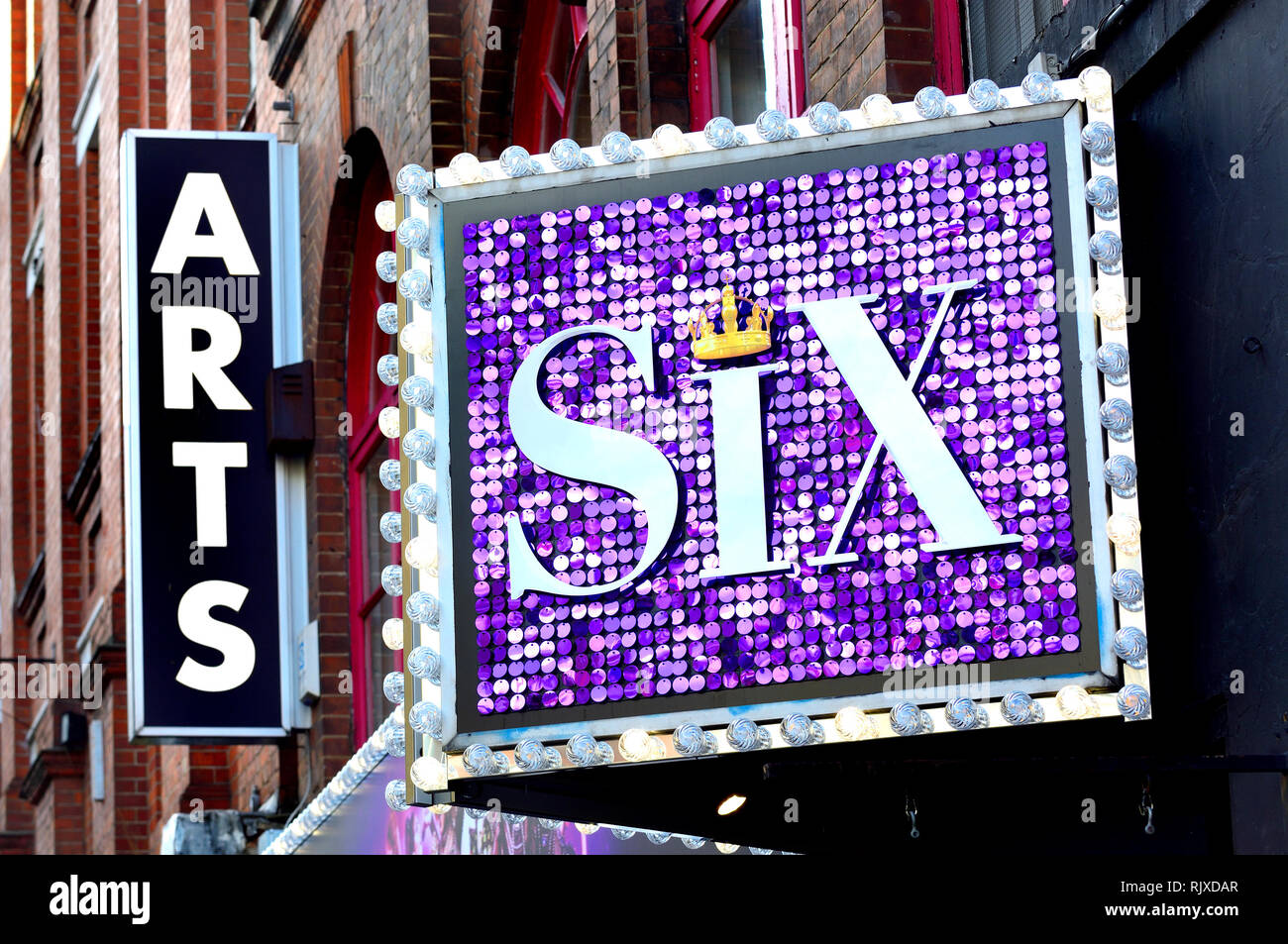 London, England, UK. Sechs, das Musical in der Arts Theater, Covent Garden (Feb. 2019) Komödie Musical auf die sechs Ehefrauen von Heinrich VIII. basierend Stockbild