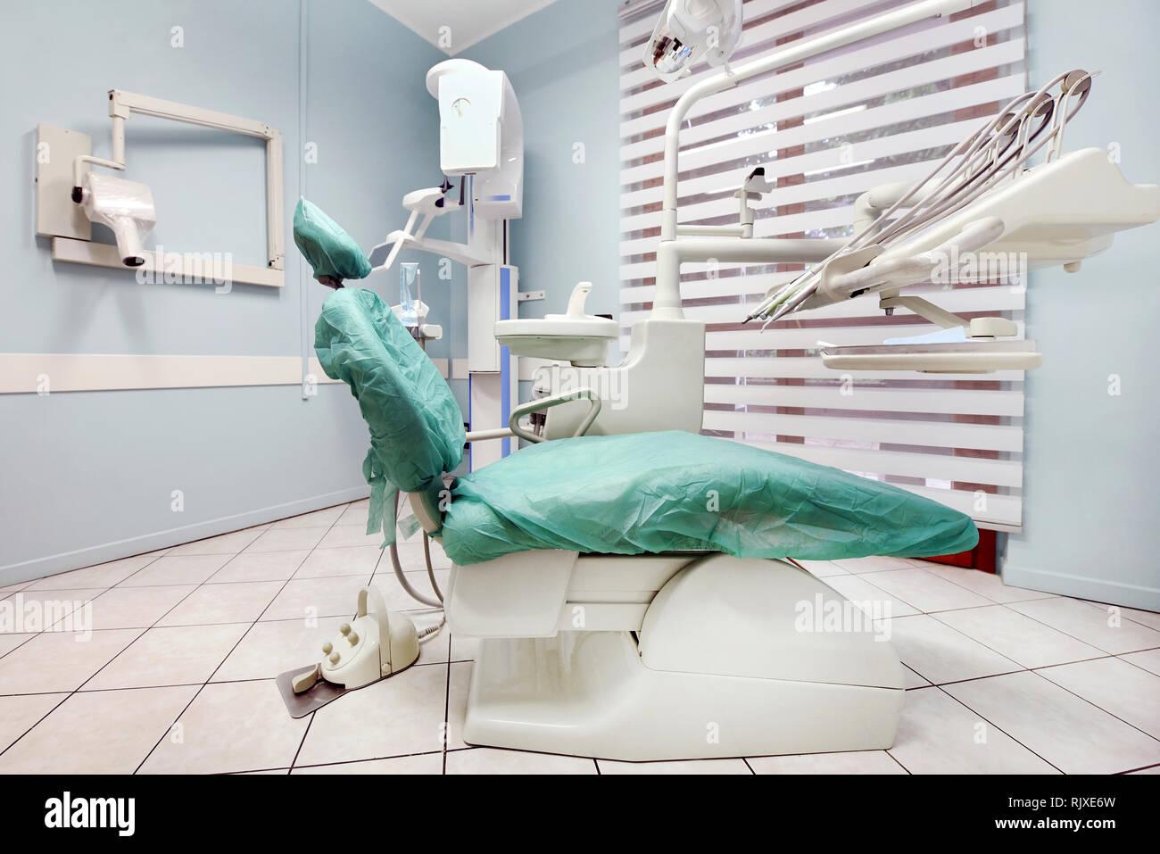 Leere Zahnarzt Chirurgie mit praxisliege und Ausrüstung in einem Ärzte und medizinisches Konzept Stockbild