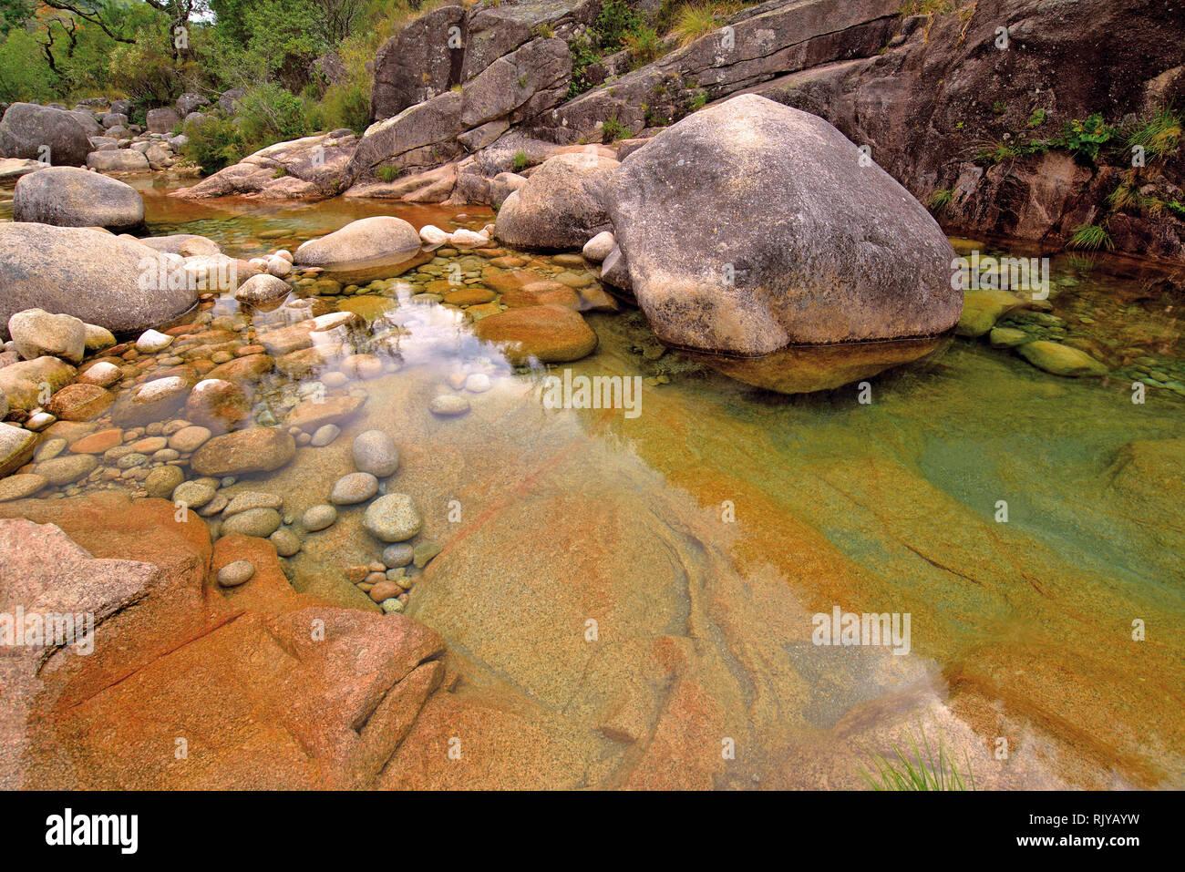 Cristal klarem Wasser und riesige Felsen in eine wilde Schlucht im Berggebiet Stockfoto