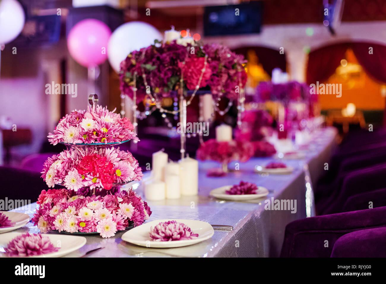 Hochzeit Tisch Blumen Und Weissen Kerzen Auf Dem Tisch Rosa Pionen