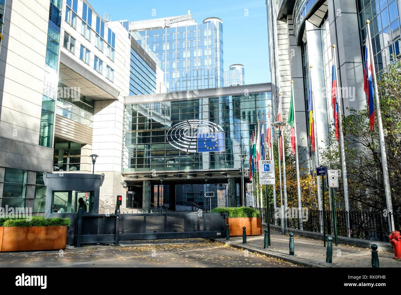 14.11.2018, Bruessel, Belgien - suedliche Zufahrt mit Schiebetor und Pfoertnerloge zum Europaeischen Parlaments in Bruessel bei den Gebaeuden Alt Stockbild