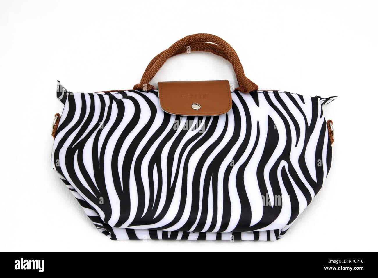7900ddda583ee Sachi Schwarz und Weiß Zebra drucken Isolierte Handtasche Stockfoto ...